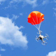 Летающие квадрокоптеры безопасность не гарантируют.