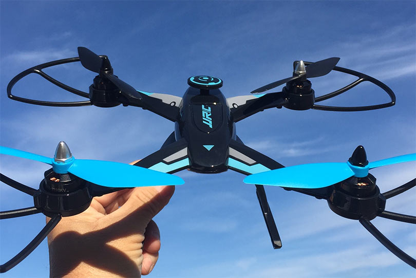 JJRC X1 обладает невероятной скоростью - 80 километров в час, поэтому прежде чем приступать к его освоению, убедитесь, что у вас достаточно опыта в сфере полетов на дронах