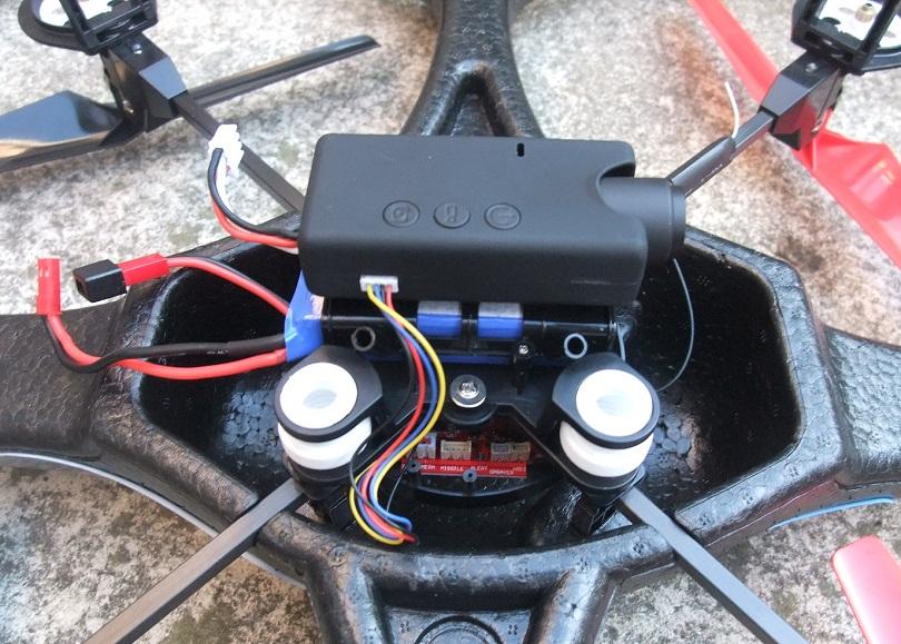 Снизу WLtoys V666 5.8G находятся светодиодные огни, и крепится камера