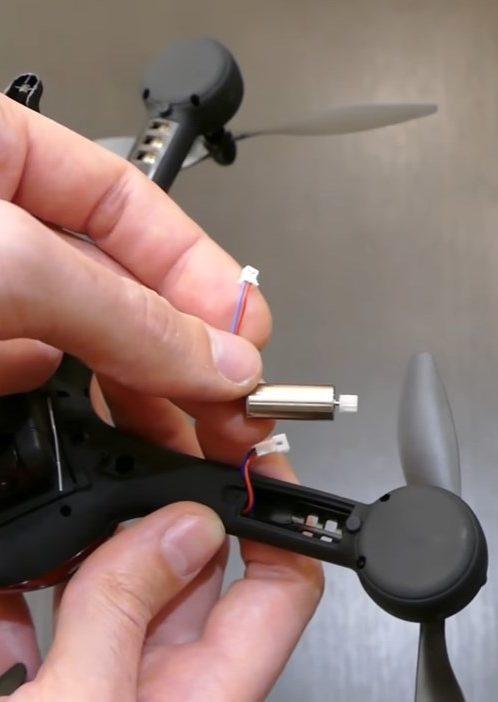 Замена моторчика в JJRC H11WH осуществляется очень быстро и просто